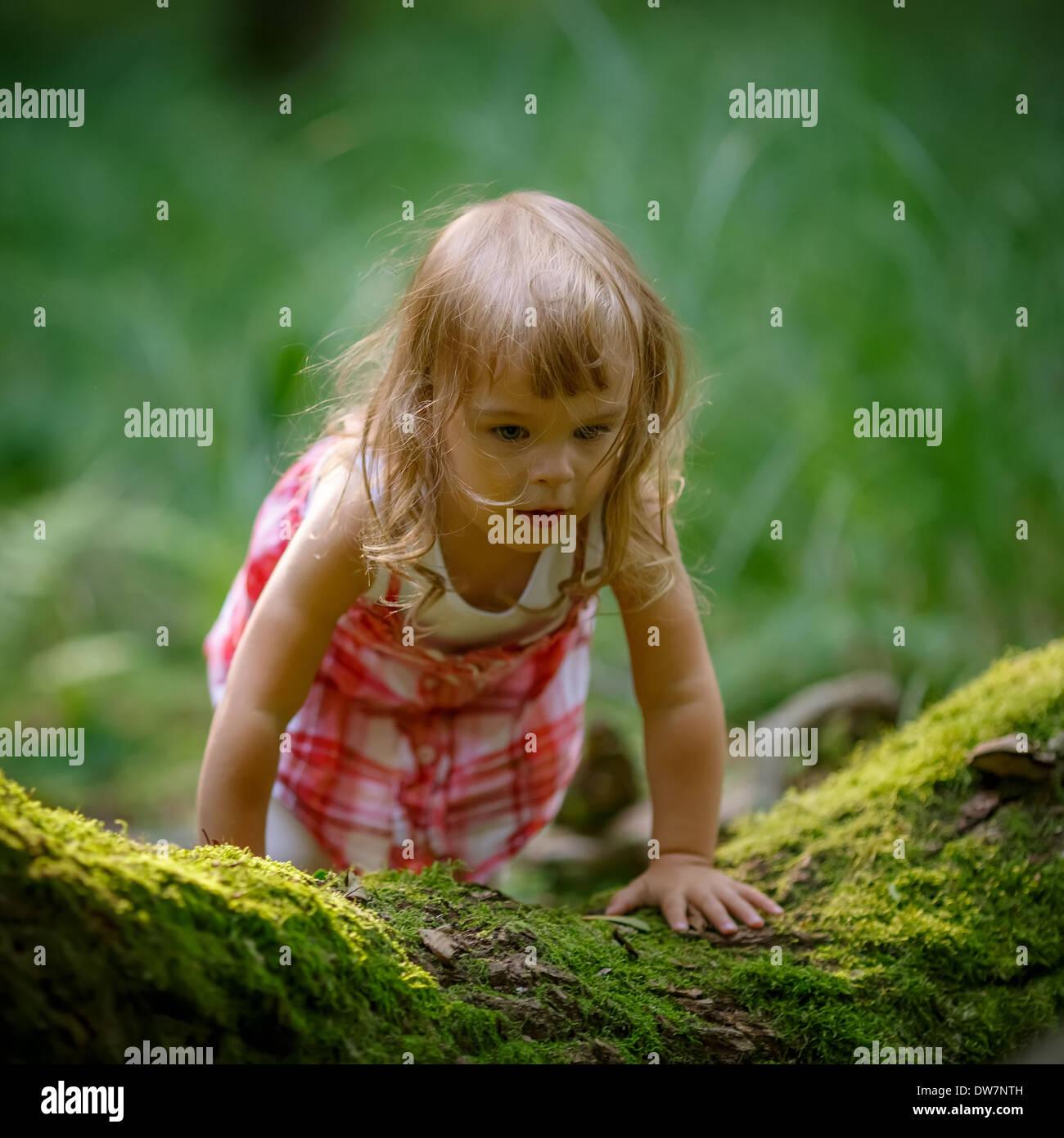 Kleines Mädchen im Wald Stockbild