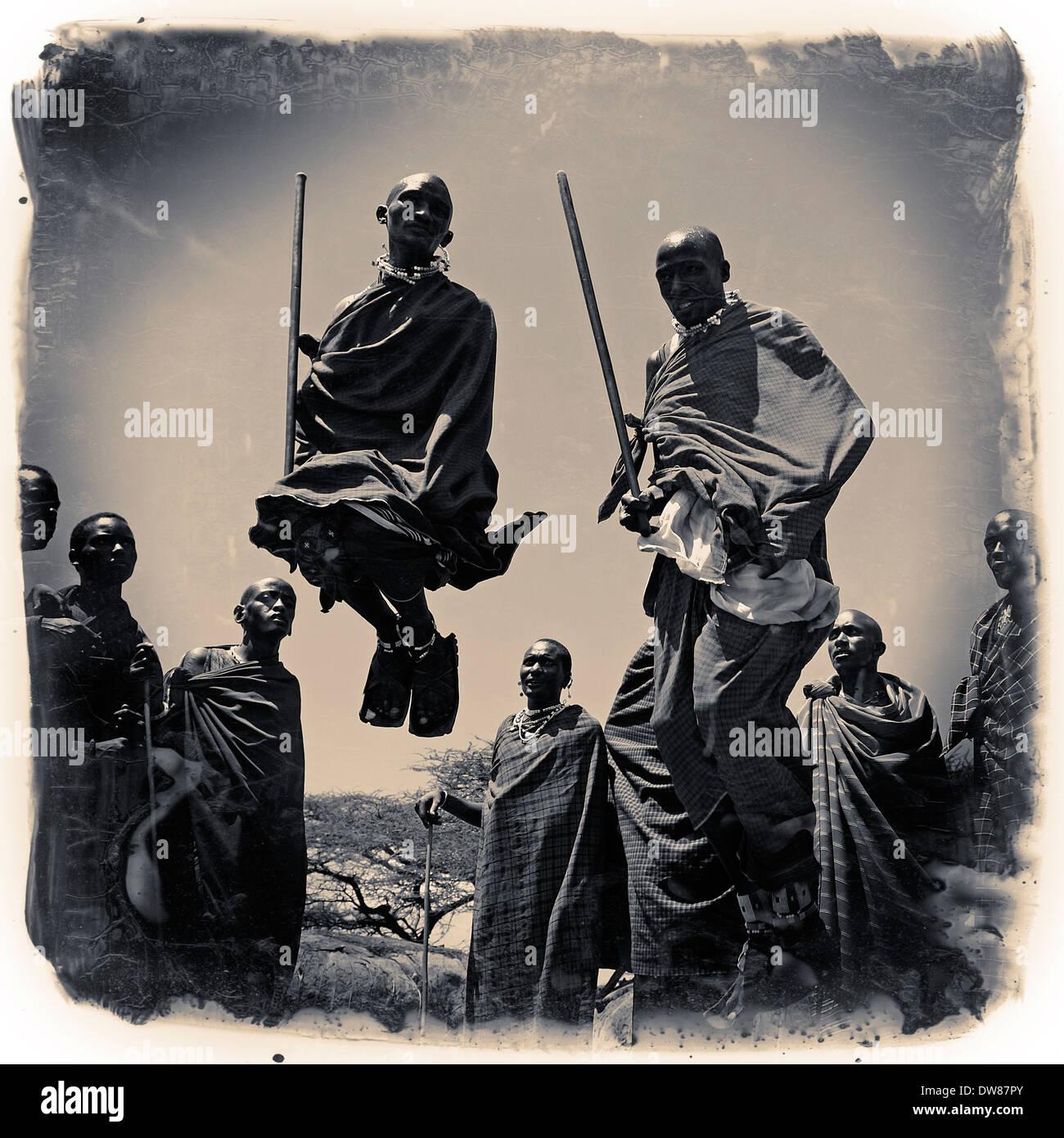 Eine Gruppe von Massai Männer, die sich an der traditionellen Adumu Tanz allgemein bekannt als das Springen Tanz Stockfoto