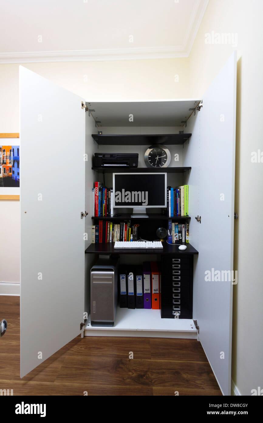 Computer, Schreibtisch und Bücher in den Regalen im Home-Office im ...