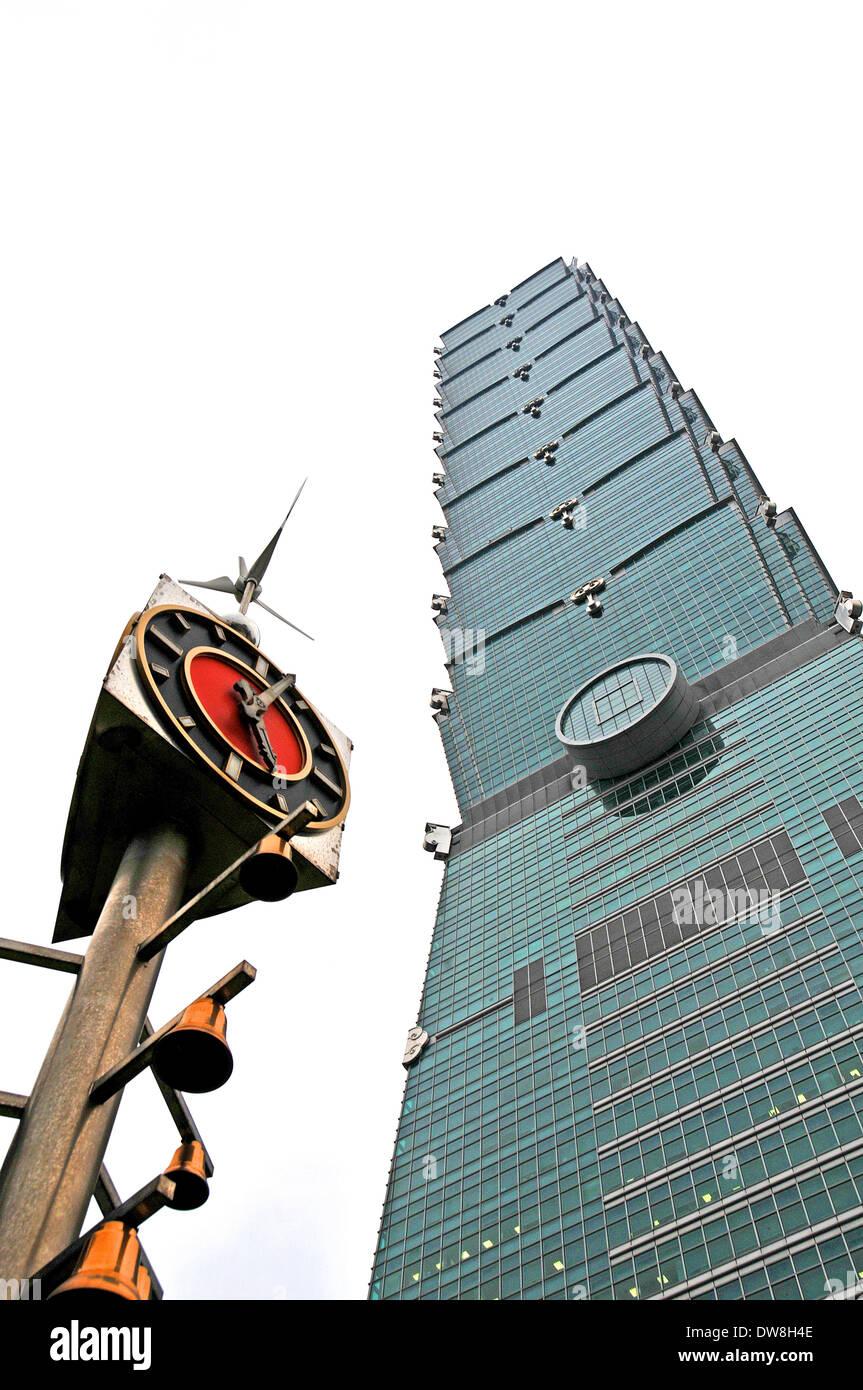 101 Tower und der Wind angetriebene Uhr Taipei Taiwan Stockbild