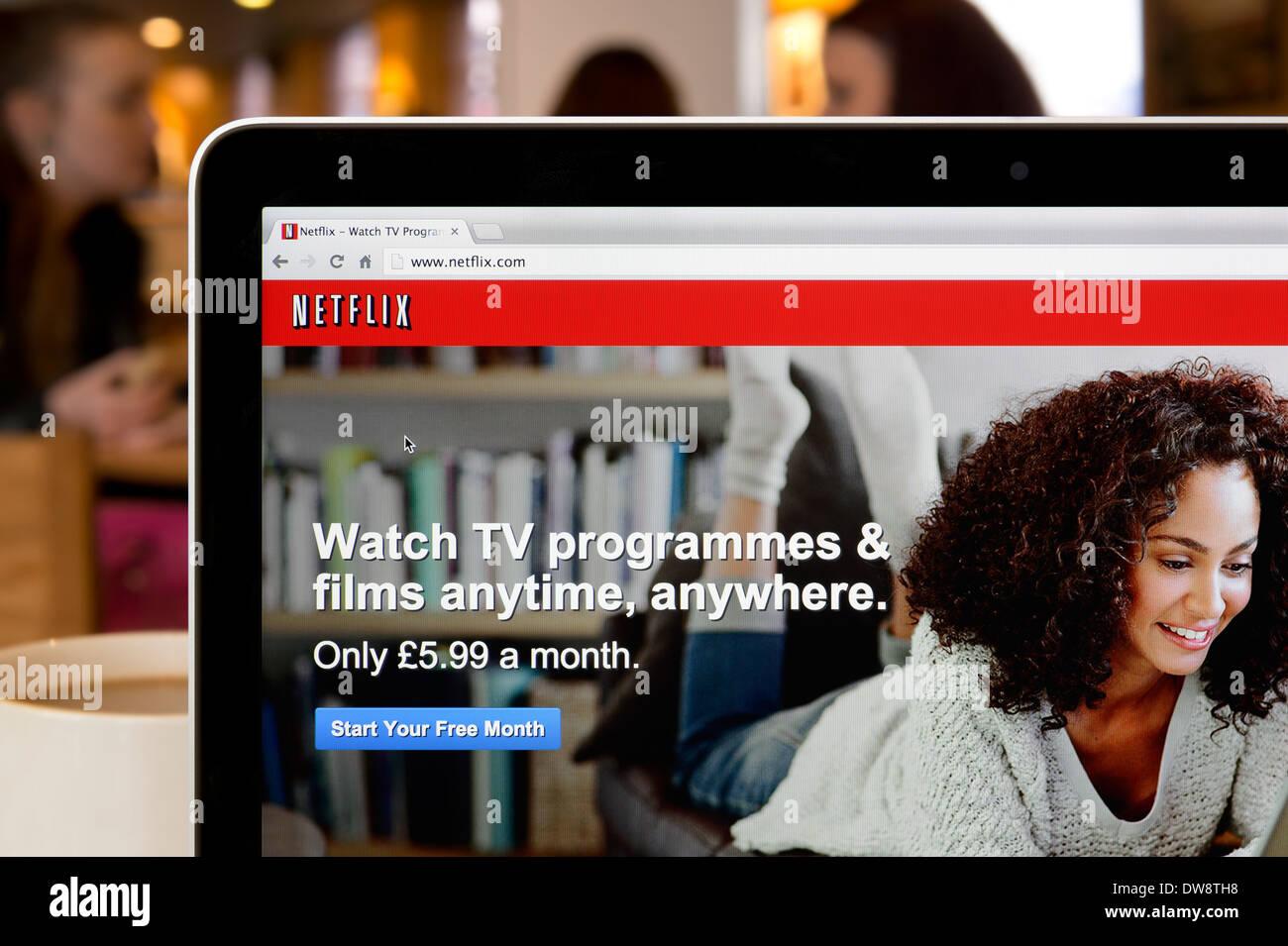Die Netflix-Website erschossen in einem Coffee-Shop-Umfeld (nur zur redaktionellen Verwendung: print, TV, e-Book und redaktionelle Webseite). Stockbild