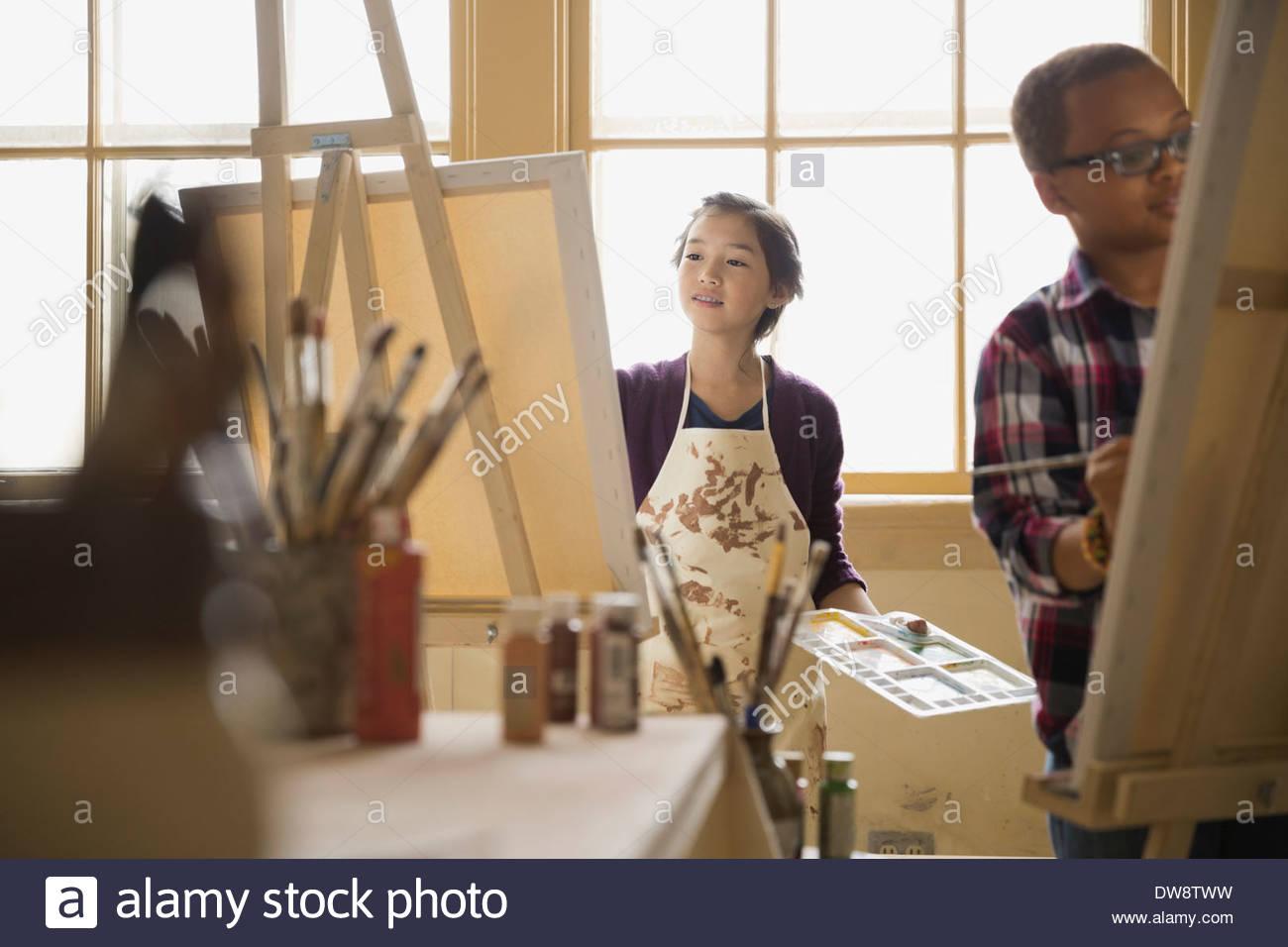 sch ler malen auf leinwand im kunstunterricht stockfoto. Black Bedroom Furniture Sets. Home Design Ideas