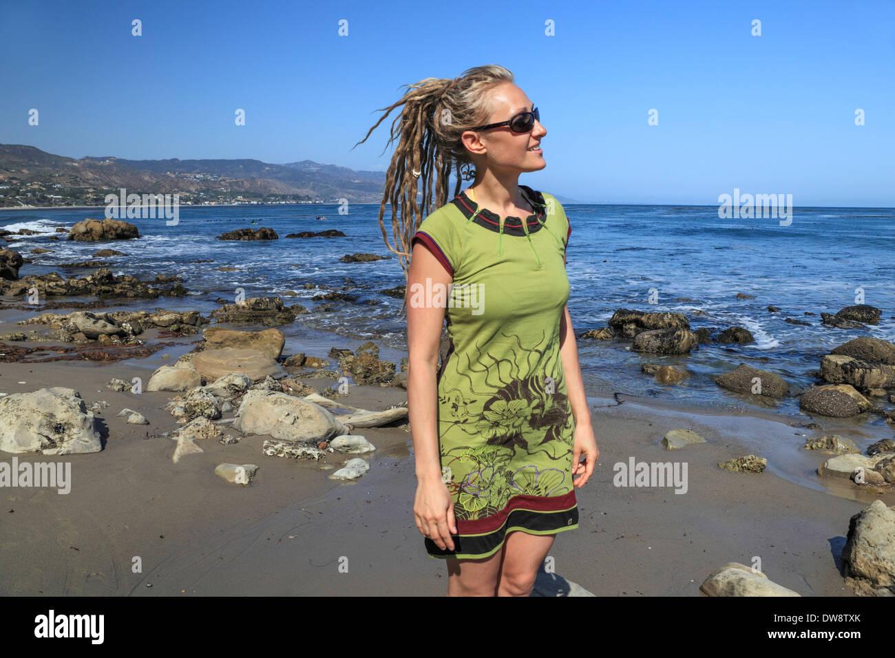 Besucher am Strand von PT Dume in Malibu Stockbild