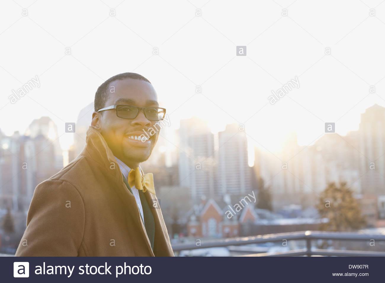 Porträt von lächelnden Mann gegen Stadtbild Stockbild