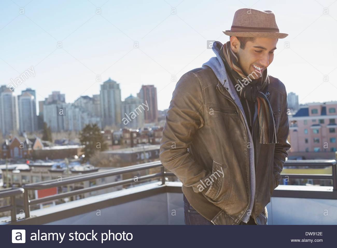 Mann, der im freien gegen Stadtbild Stockbild