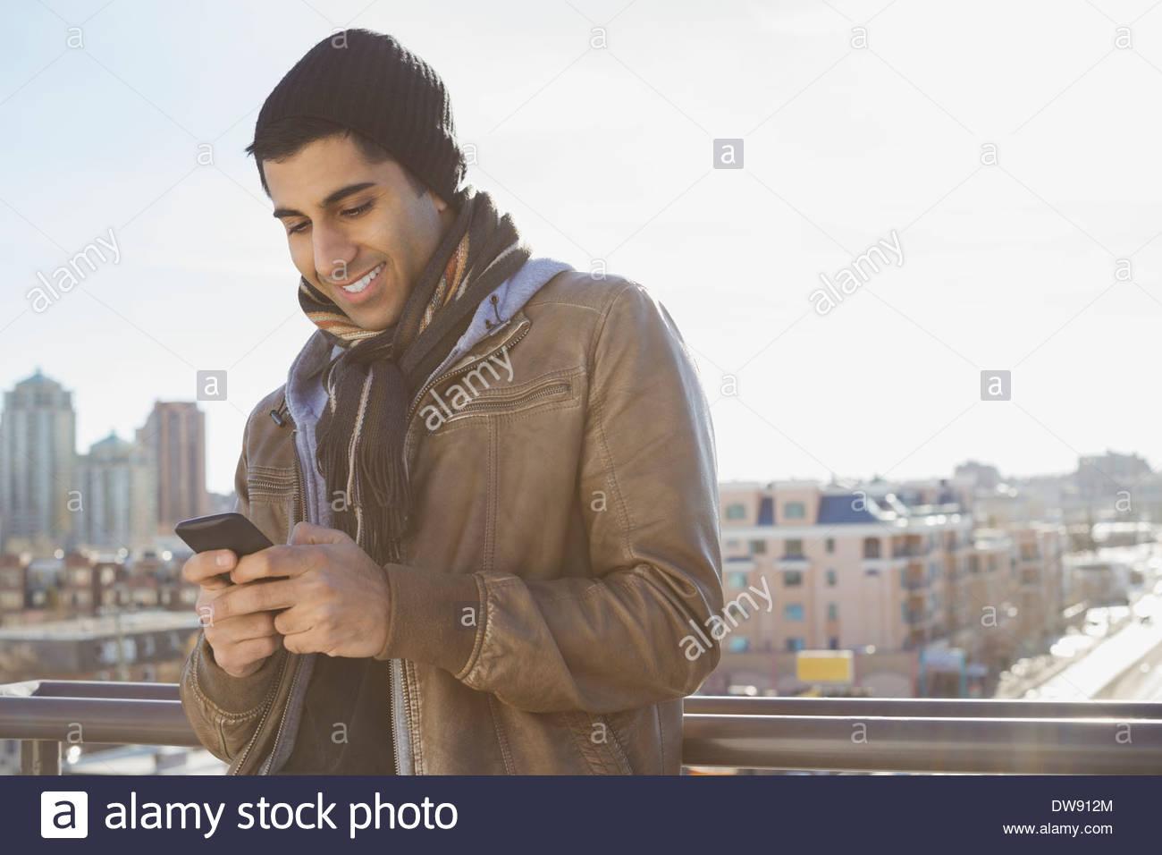 Lächelnde Menschen Textnachrichten im freien Stockbild
