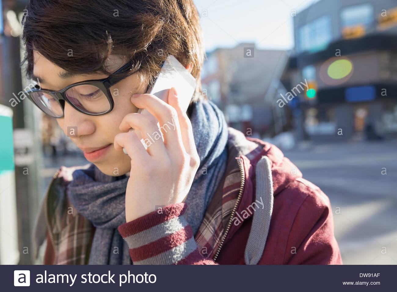Junger Mann am Smartphone im freien sprechen Stockbild