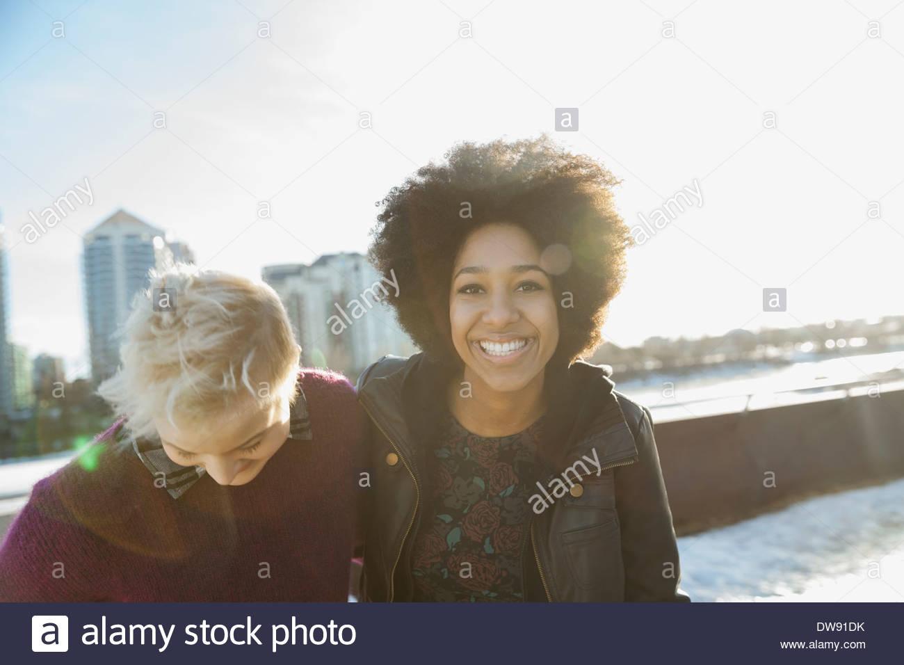Freundinnen im Freien stehen Stockbild