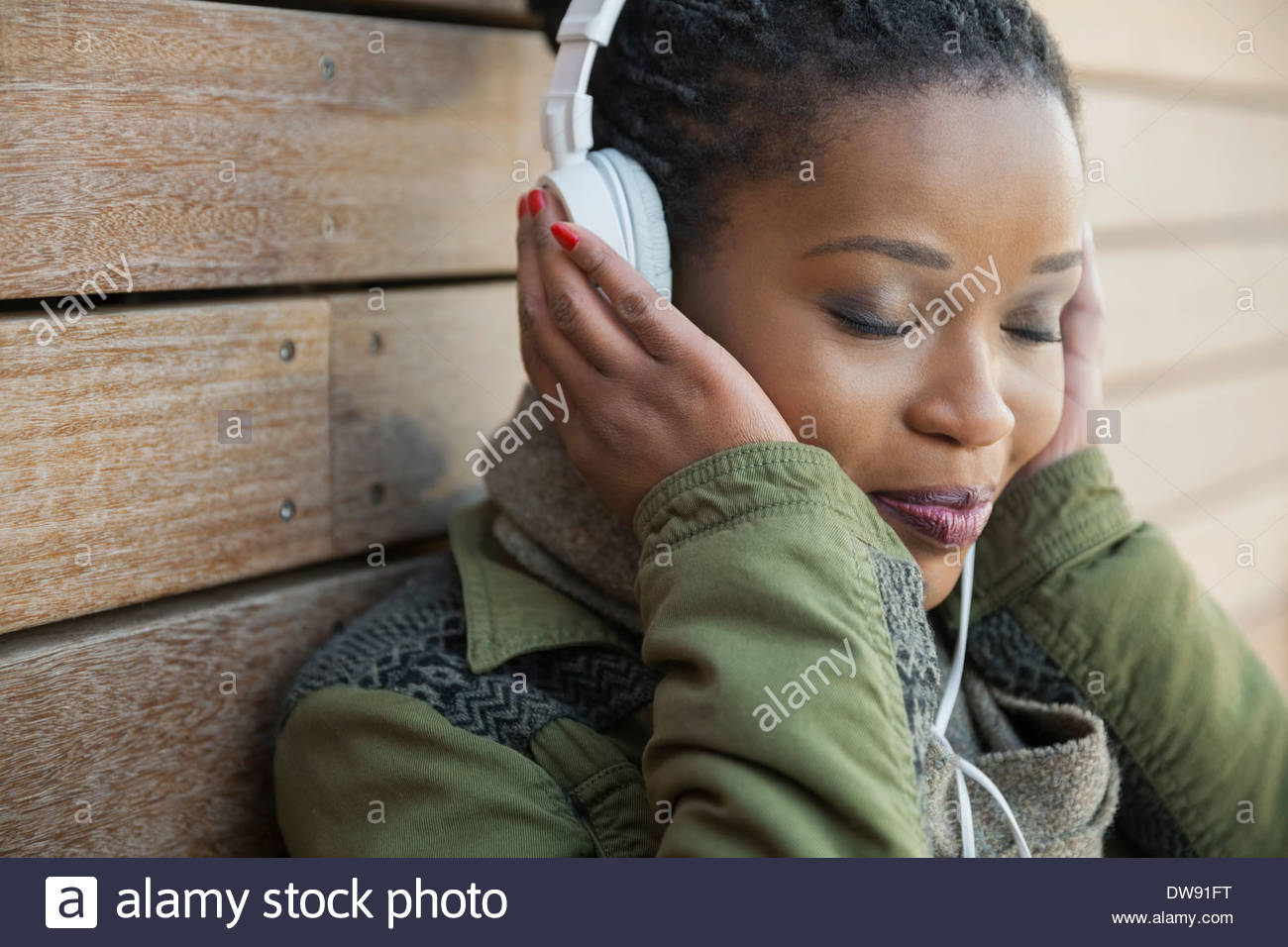 Entspanntes hören von Musik im freien Frau Stockbild
