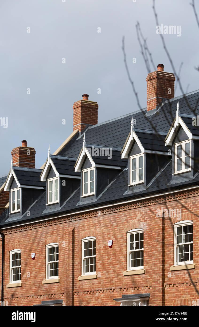 Dachgauben auf neue Häuser bauen, schiefergrau Dach und Schornsteine ...