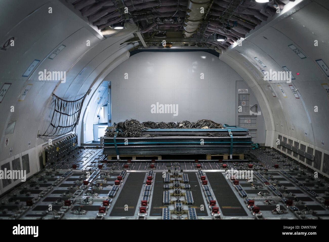 Airplane cargo interior stockfotos airplane cargo for Interieur 747 cargo