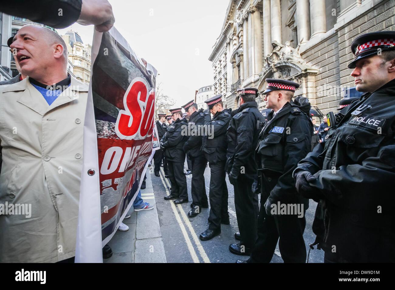 Britische fernen rechten nationalistischen Gruppen außerhalb der Old Bailey Gericht in London am Tag der Urteilsverkündung Private Lee Rigby Mörder Stockbild
