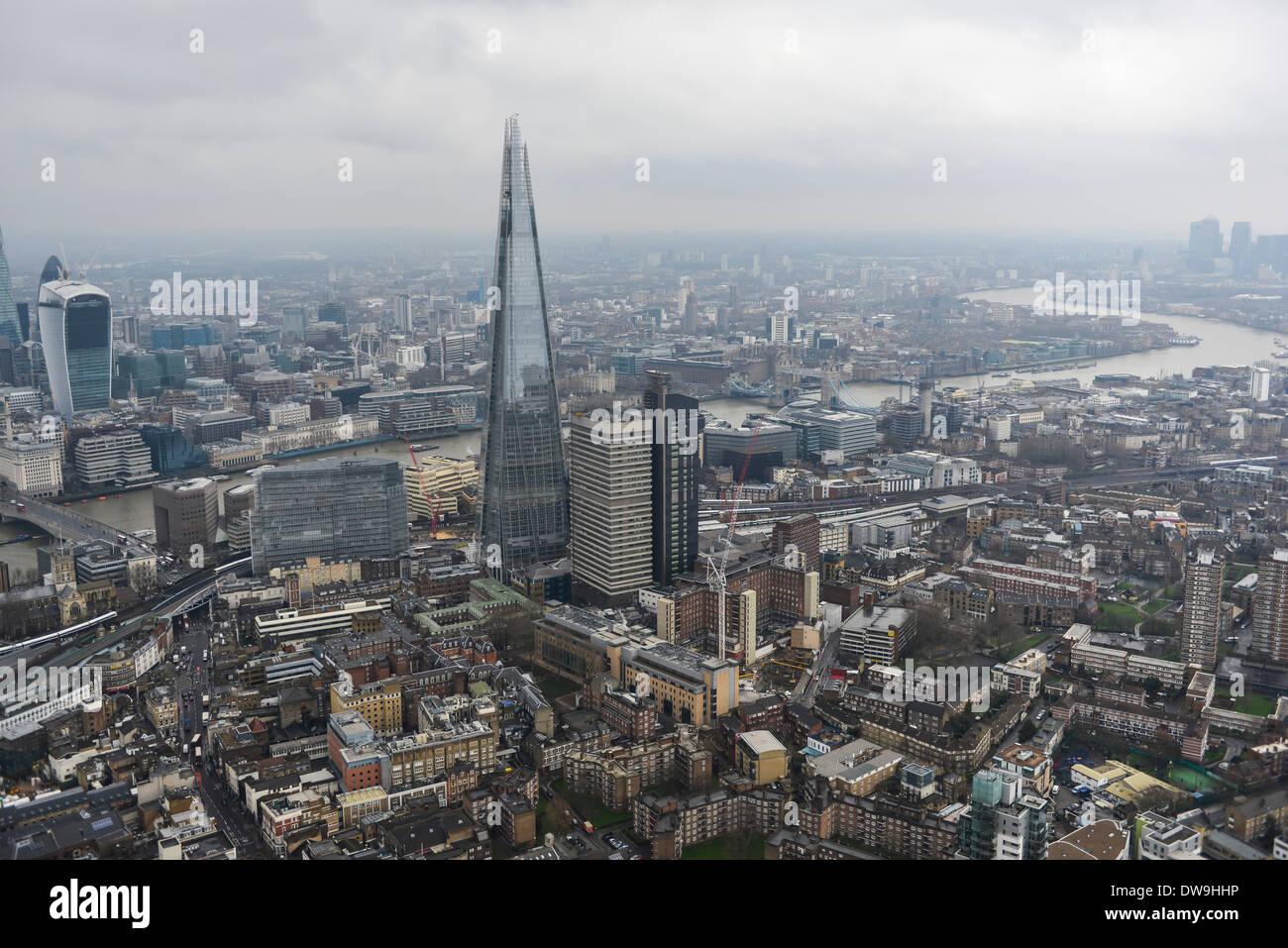 Luftaufnahme zeigt The Shard mit der City of London und Canary Wharf im Hintergrund Stockbild