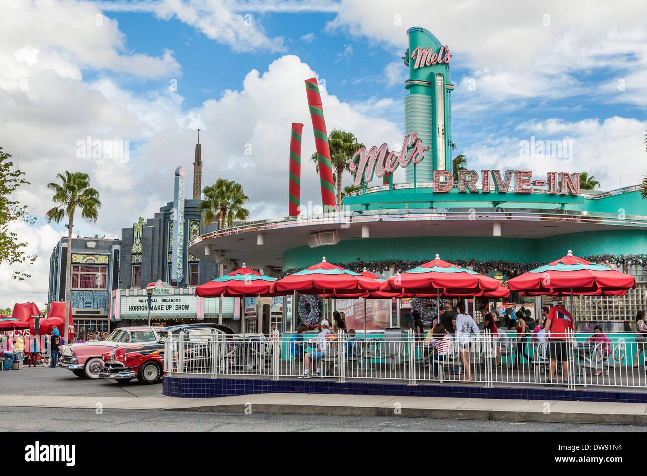 Oldtimer der 50er Jahre auf die Nachbildung der Mel es Drive-In Restaurant im Themenpark Universal Studios in Orlando, Florida Stockbild