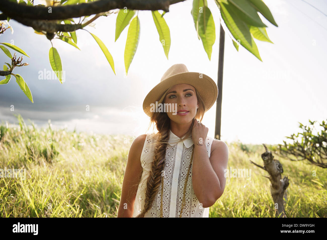 Junge Frau, die Landschaft genießen Stockbild