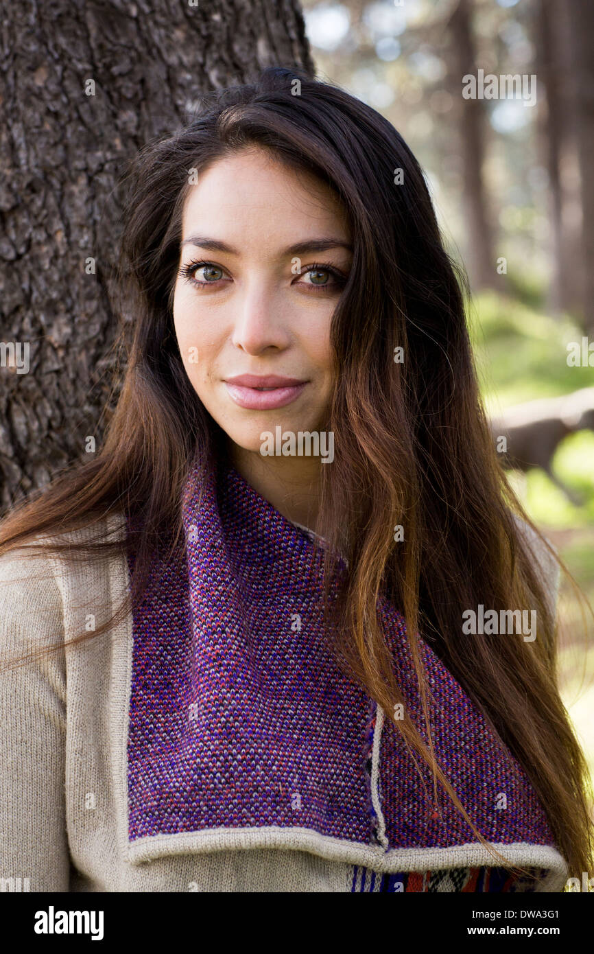 Porträt der jungen Frau mit langen braunen Haaren Stockbild