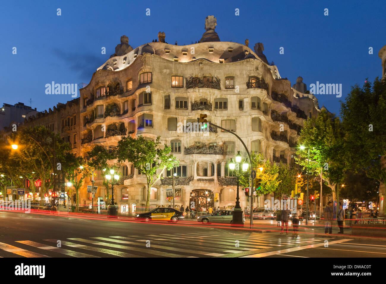 Casa Mila von Gaudi in der Dämmerung, Laterne, Passeig de Gracia, Stockbild