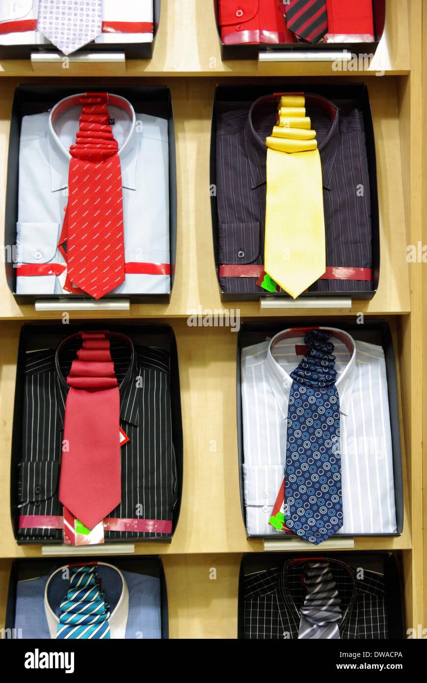 Bunte Hemden mit Krawatte in einem Geschäft. Stockbild