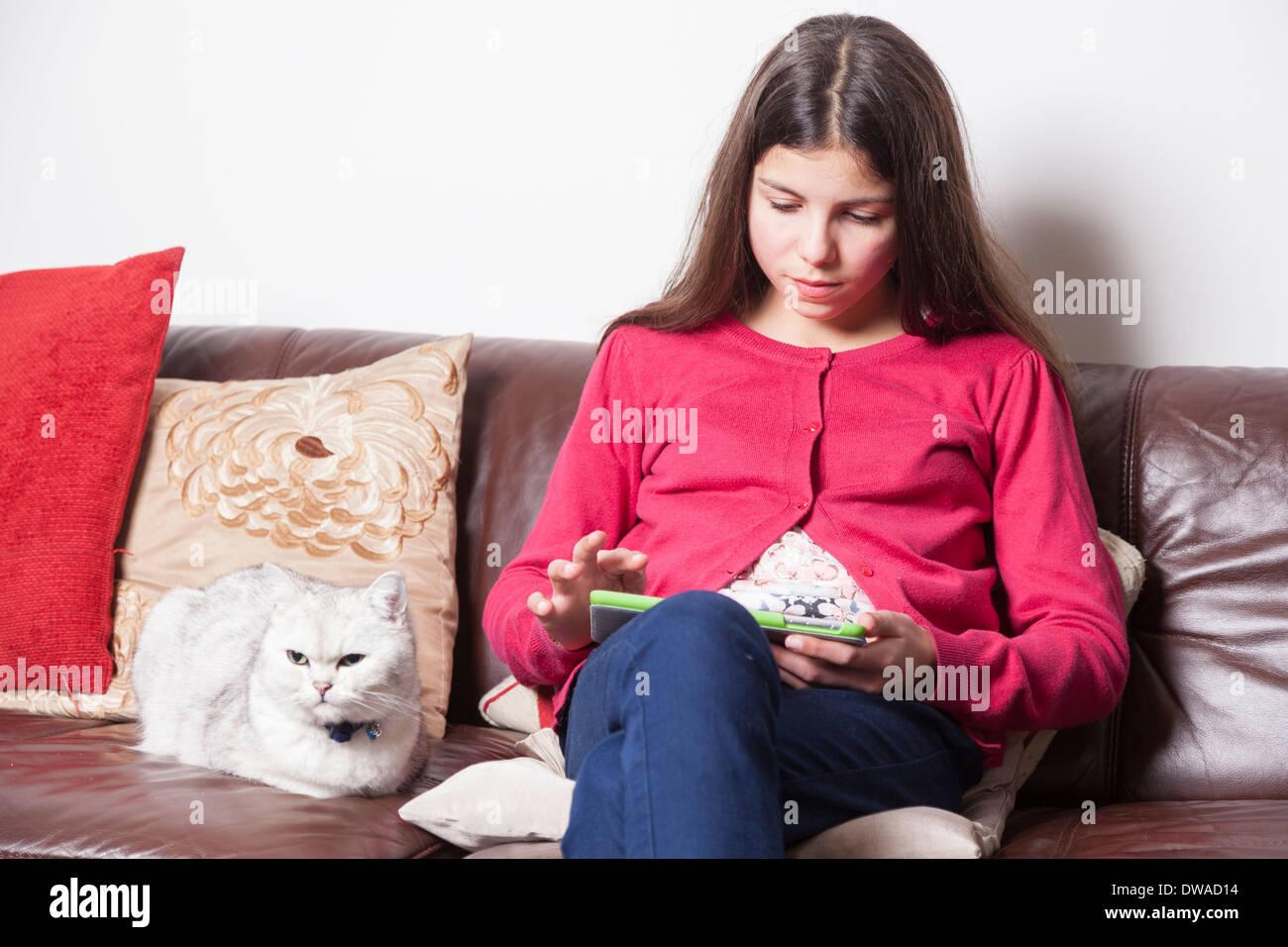Teenager-Mädchen Surfen im Internet auf einem tablet Stockbild