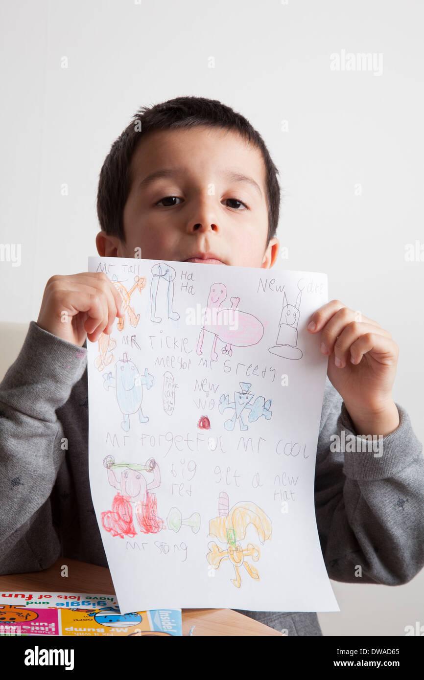 Junge zeigt Zeichnung Stockbild