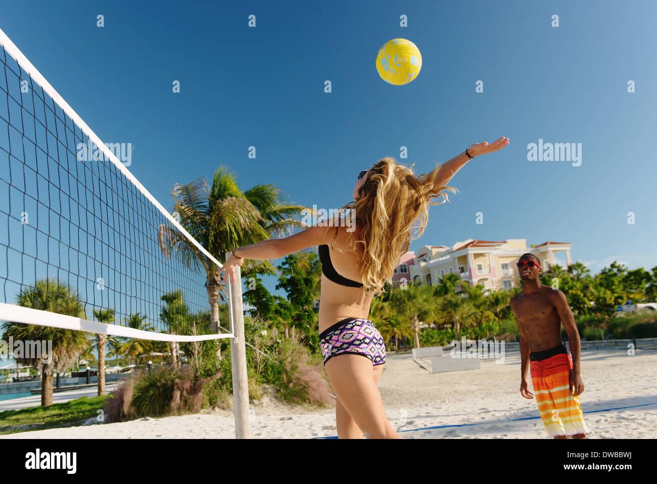Junge Erwachsene Freunde spielen Beach-Volleyball, Providenciales, Turks-und Caicosinseln, Caribbean Stockbild