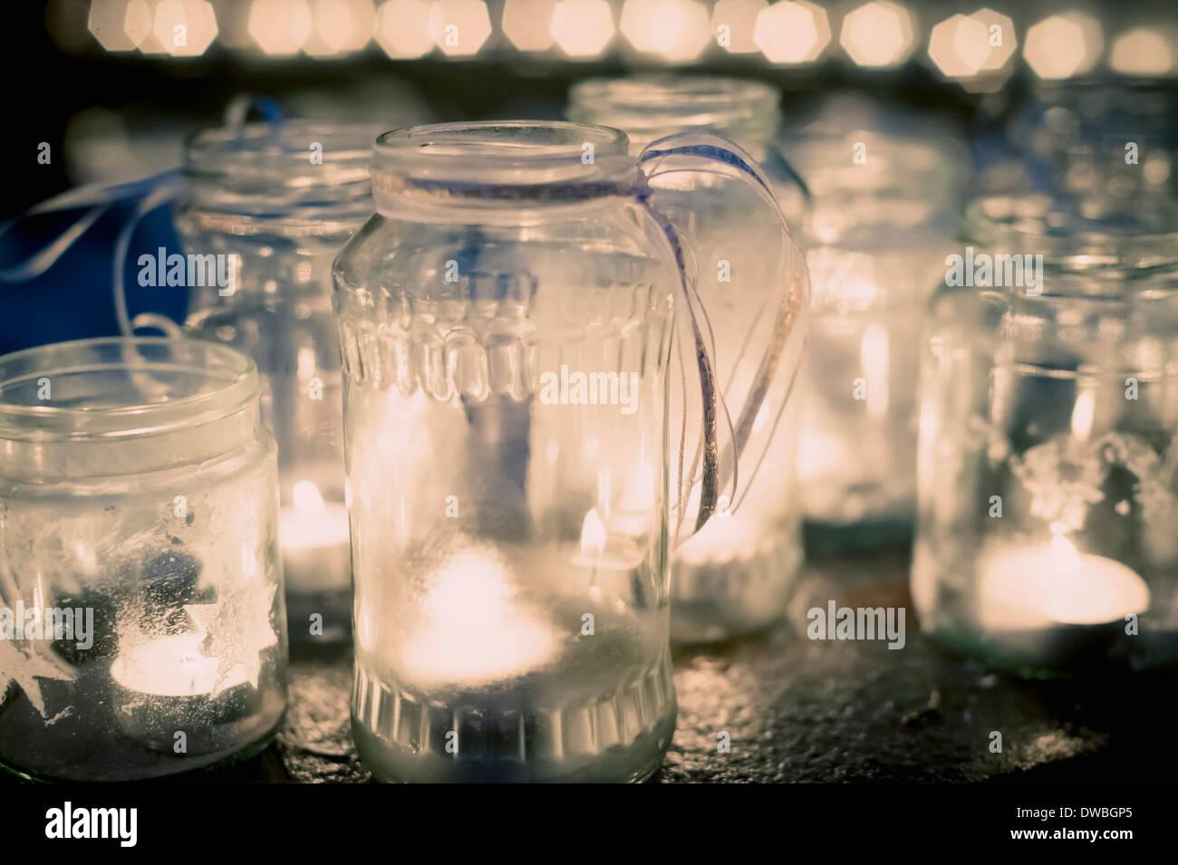 Viele Teelichter in Gläser Stockbild