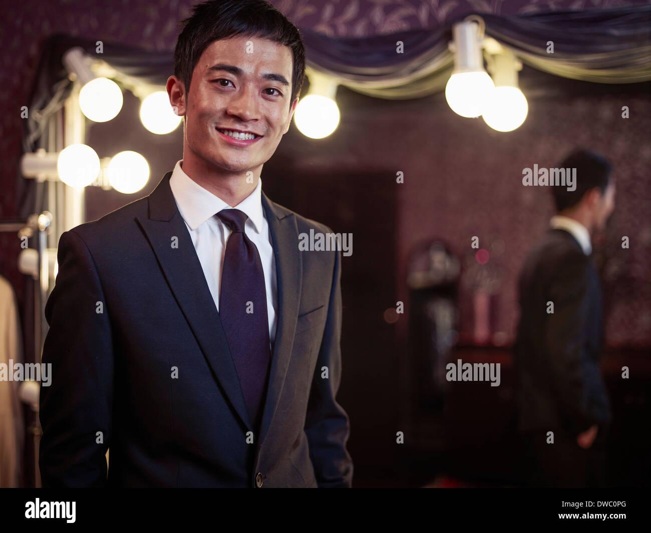 Zuversichtlich, junger Mann im neuen Anzug im traditionellen Schneider shop Stockbild