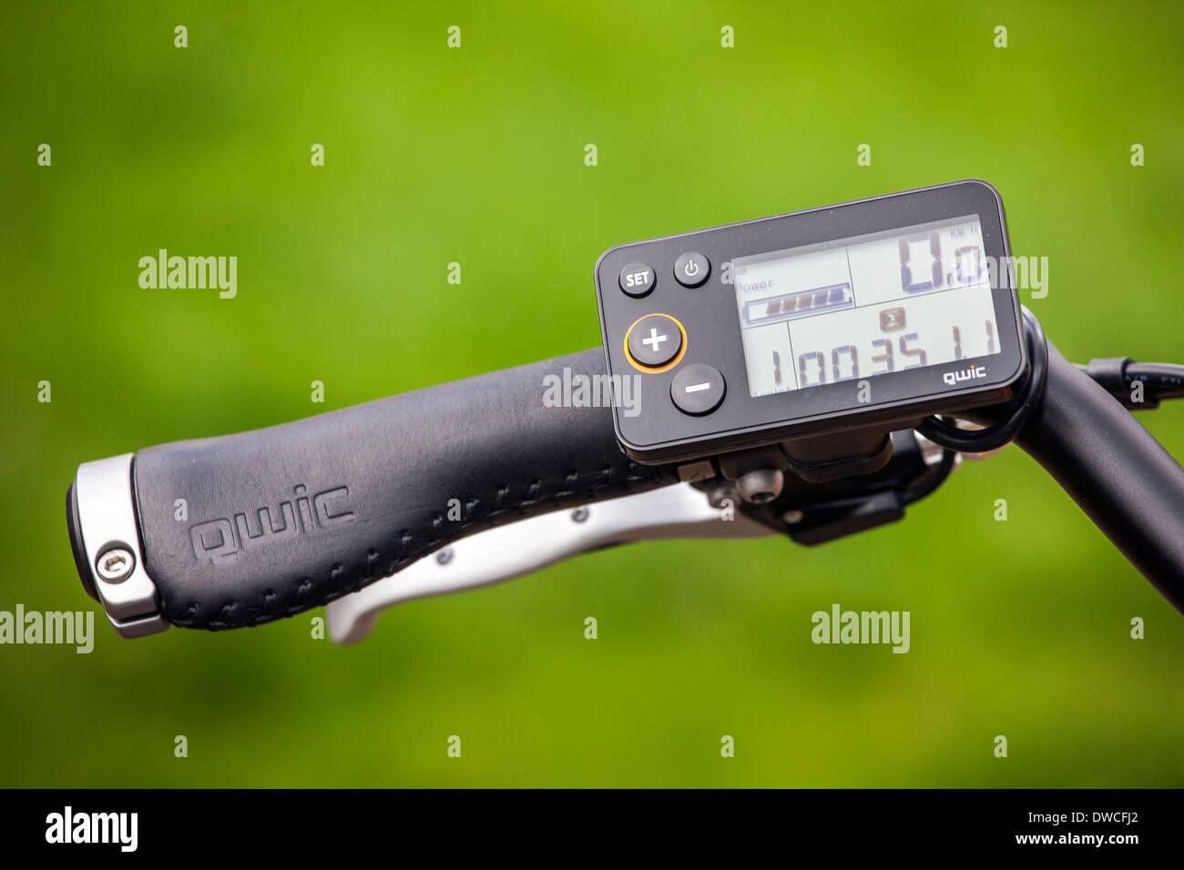 Digitale Anzeige der Pedelec / e-Bike / Elektrofahrrad zeigen Tacho mit integrierter Batterie Füllstandmessung Stockbild