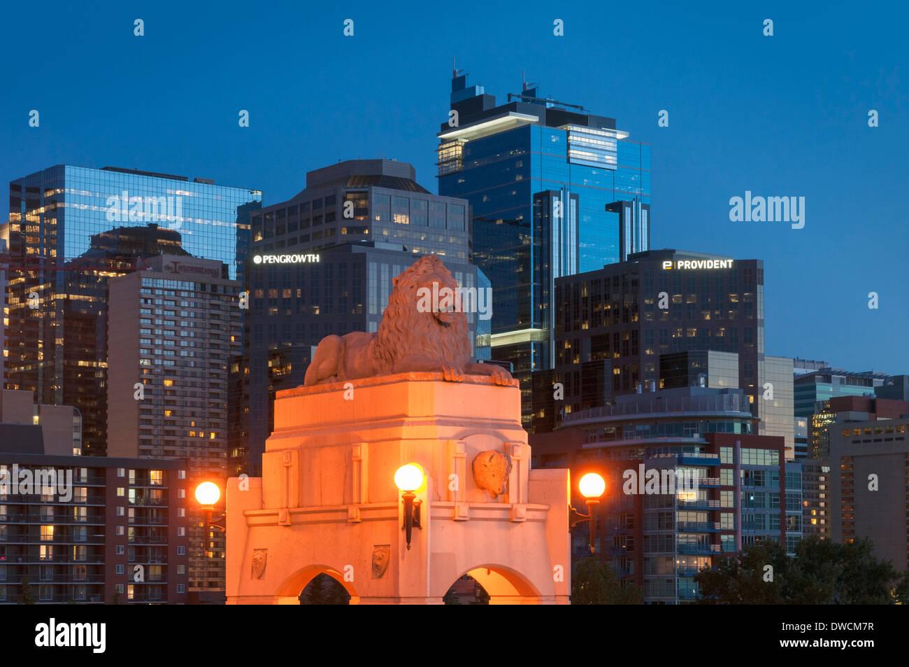 Löwe, Centre Street Bridge, Calgary, Alberta, Kanada Stockbild