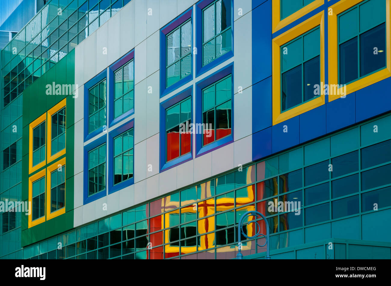 Bunte Fenster Reflexionen, Alberta Children Hospital, Calgary, Alberta, Kanada Stockbild