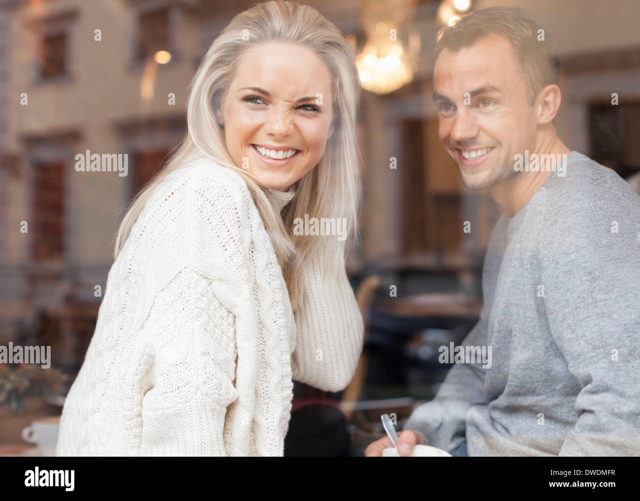 Glückliches junges Paar aus Café Fenster Stockfoto