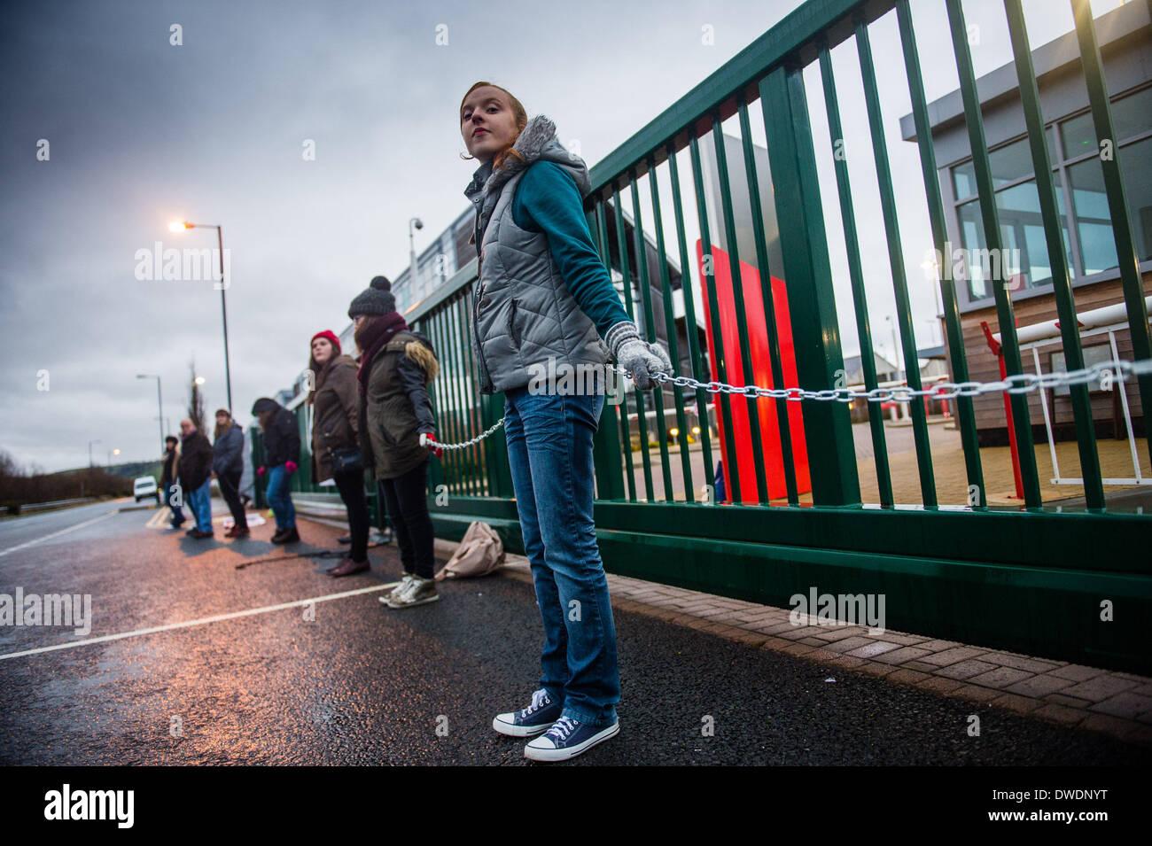 """Aberystwyth Wales Uk, Donnerstag, 6. März 2014-Mitglieder von """"Cymdeithas Jahr Iaith"""" (The Welsh Language Society) Protest Gruppe ketteten sich an die wichtigsten Eingangstore der walisischen Regierung Regionalbüros in Aberystwyth in den frühen Morgenstunden des Donnerstag, 6. März 2014. Die Aktion ist Teil einer Serie-Sprache, die Aktivisten im Frühjahr in Reaktion auf die Krise in den Zahlen der Waliser Lautsprecher in Wales von vor einem Jahr veröffentlichten Ergebnisse der Volkszählung ergab organisiert werden, und was sie sagen, ist der Mangel an Führung und politische Reaktion der walisischen Regierung. Bildnachweis: Keith Morris/Alamy Live Stockbild"""