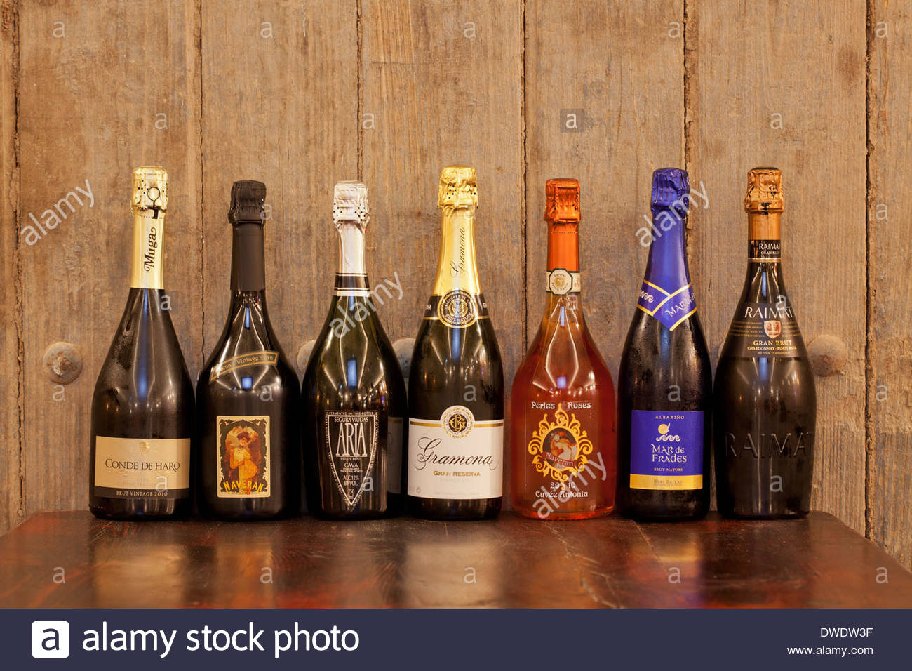 Restaurant Wall Display Wine Bottles Stockfotos & Restaurant Wall ...
