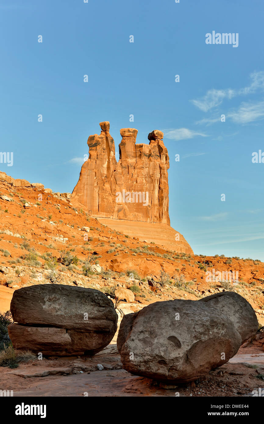 Drei Klatsch und Felsbrocken, Park Avenue Trail, Arches-Nationalpark, Moab, Utah, USA Stockbild