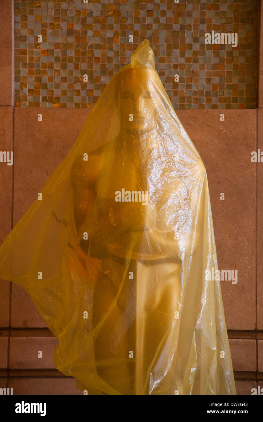 Oscar Statue in der Nähe von Kodak Theater, mit Kunststoff vom Regen geschützt, einige Tage vor der Academy Stockbild