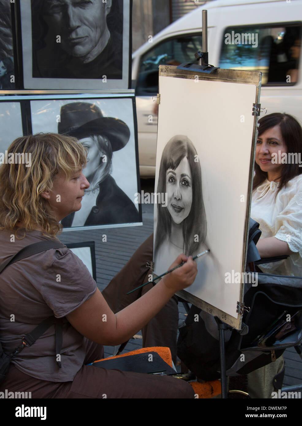 Eine Straße Künstler bei der Arbeit auf der berühmten La Rambla in der Altstadt von Barcelona in der Region Katalonien in Spanien. Stockbild