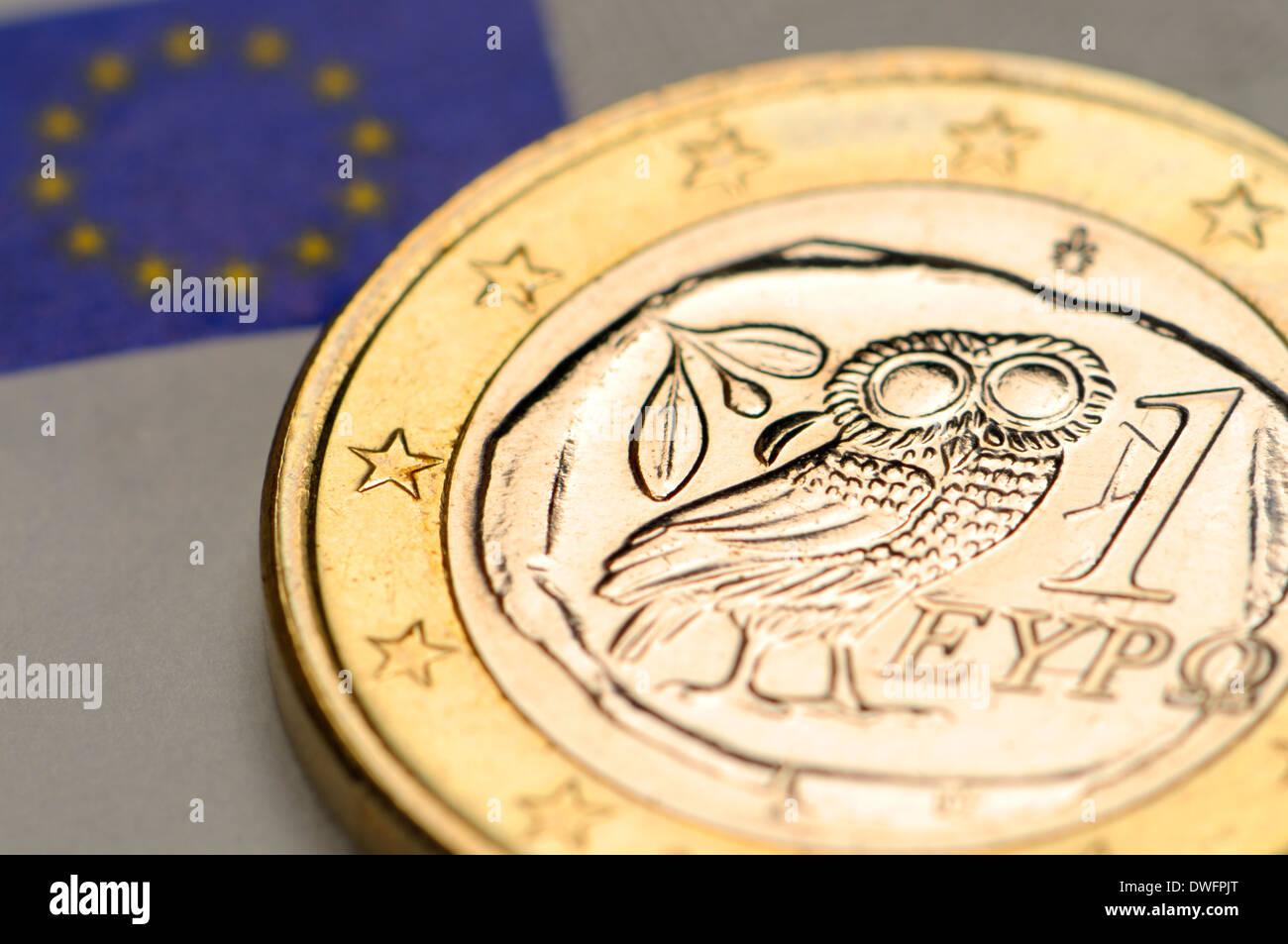 Griechischen 1 Euro Münze Auf 5 Euro Schein Stockfoto Bild