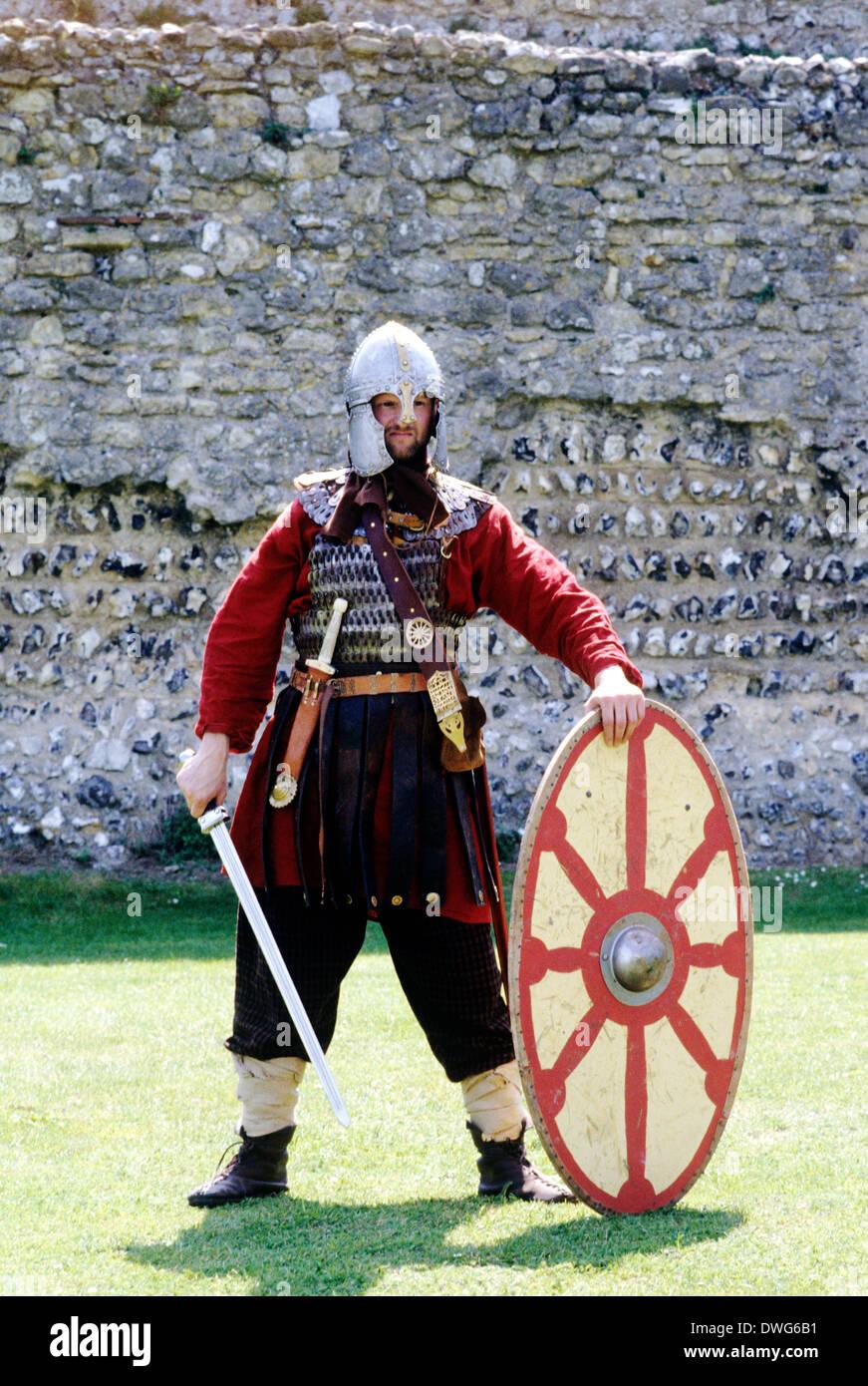 5. Jahrhundert Romano britische Krieger, Reenactment Soldat Soldaten Schild Schwert Helm England UK Krieger Kostüm Stockbild