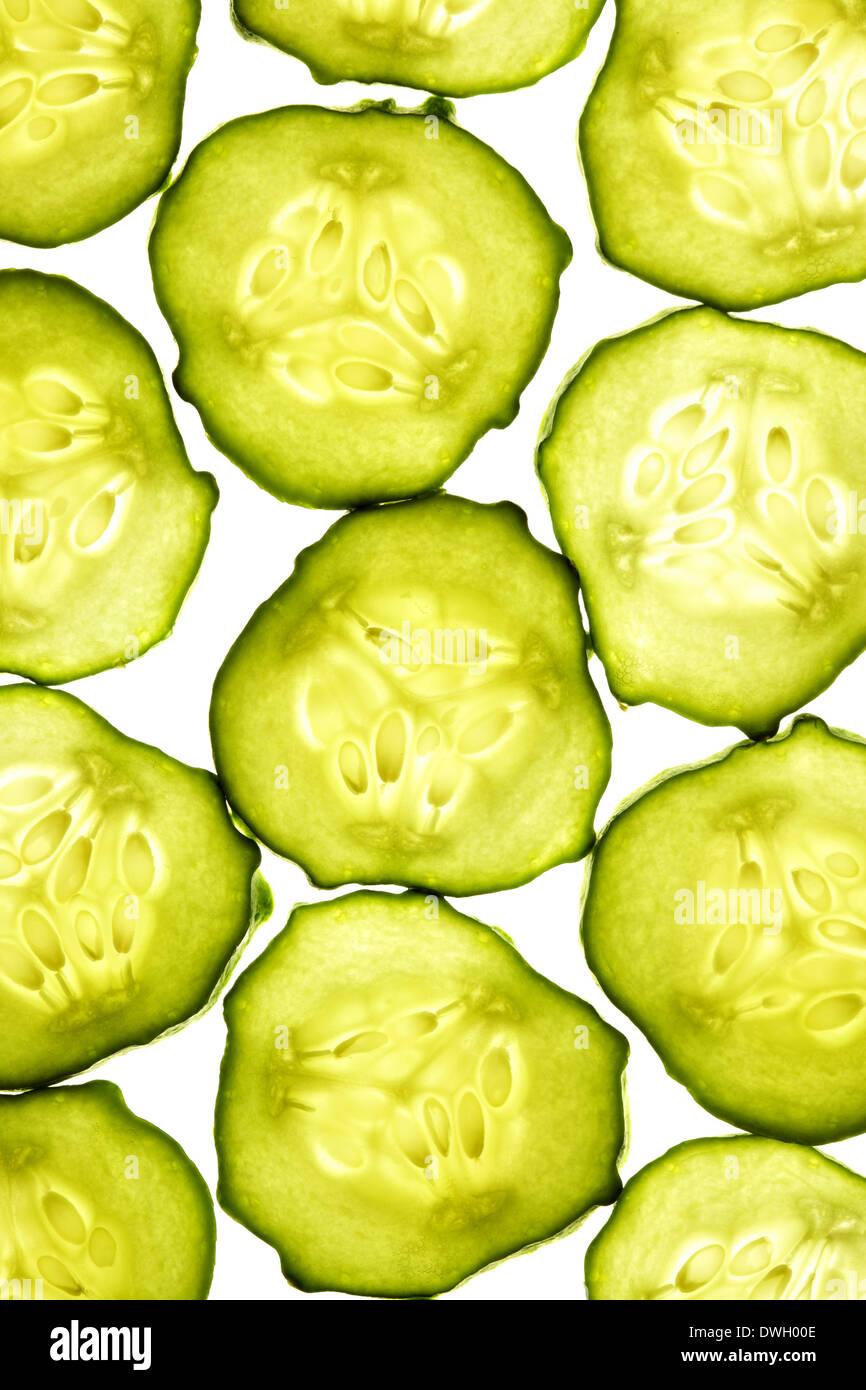 Gurkenscheiben isoliert auf weißem Hintergrund Stockbild