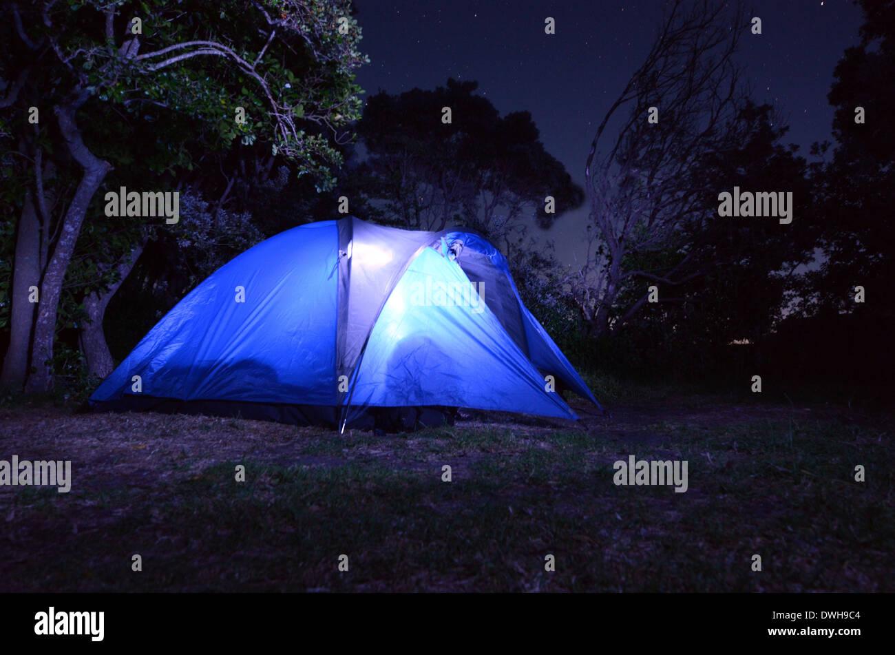 Zelt leuchtet in der Nacht beim camping-Urlaub oder Ferien auf dem Land. Konzept-Foto-Reisen und Urlaub Urlaub im freien Stockbild