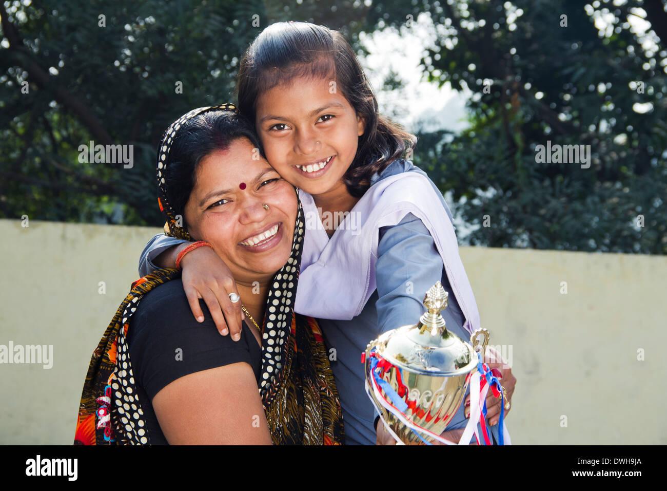 Indische Frau geben Trophäe für Kinder Stockfoto