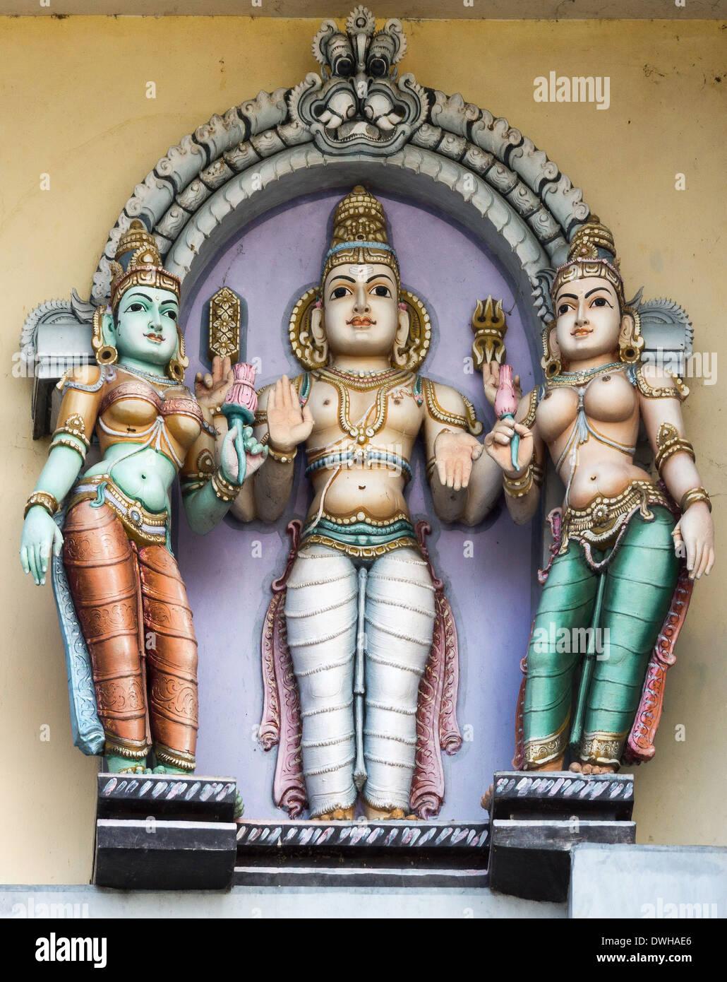 Lord Murugan und seine beiden Frauen, Valli und Deivayanai am Rathinagiri-Hügel-Tempel in Vellore, Tamil Nadu, Indien. Stockbild