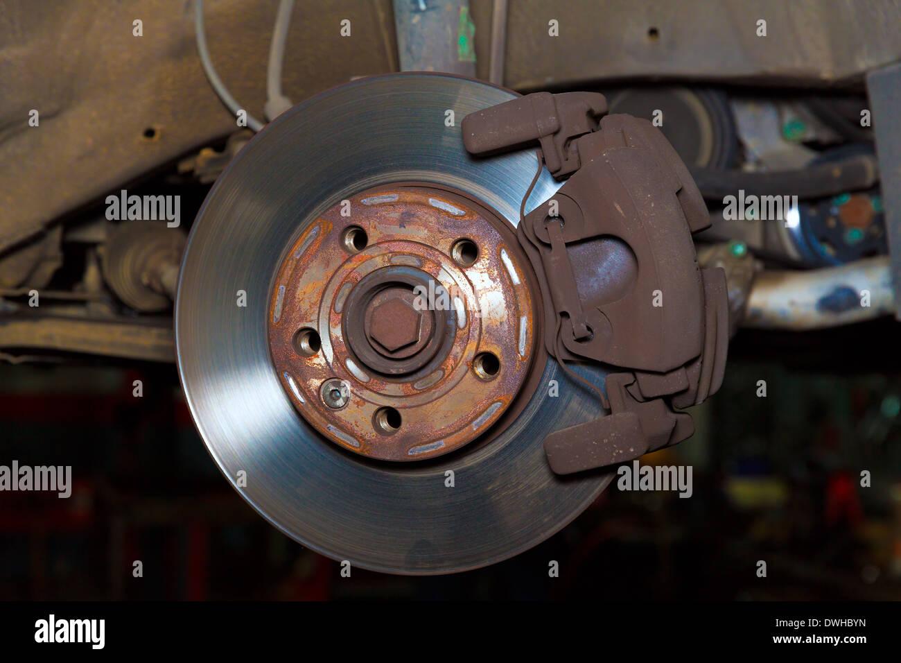 Auto-Rad rostigen Bremsscheibe mit Pads Rotoreinheit Scheibe und Bremssattel Stockbild