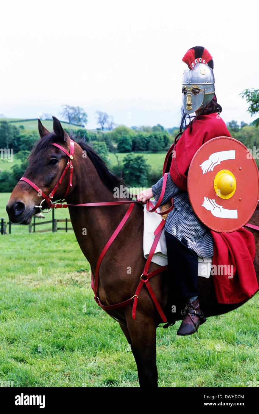 Romano-britischen Krieger Soldat Soldaten auf dem Pferderücken, 5. Jahrhundert Kavallerie Reenactment England UK Stockbild