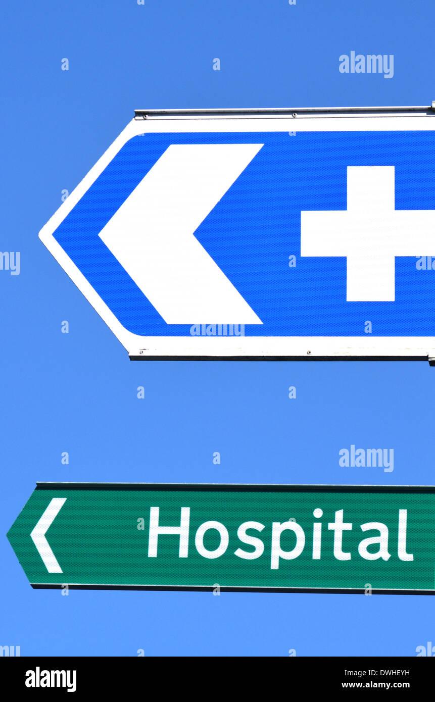 Krankenhaus-Straßenschild mit Text gegen blauen Himmel. Konzept-Foto von Gesundheit und medizinische Versorgung. Stockbild