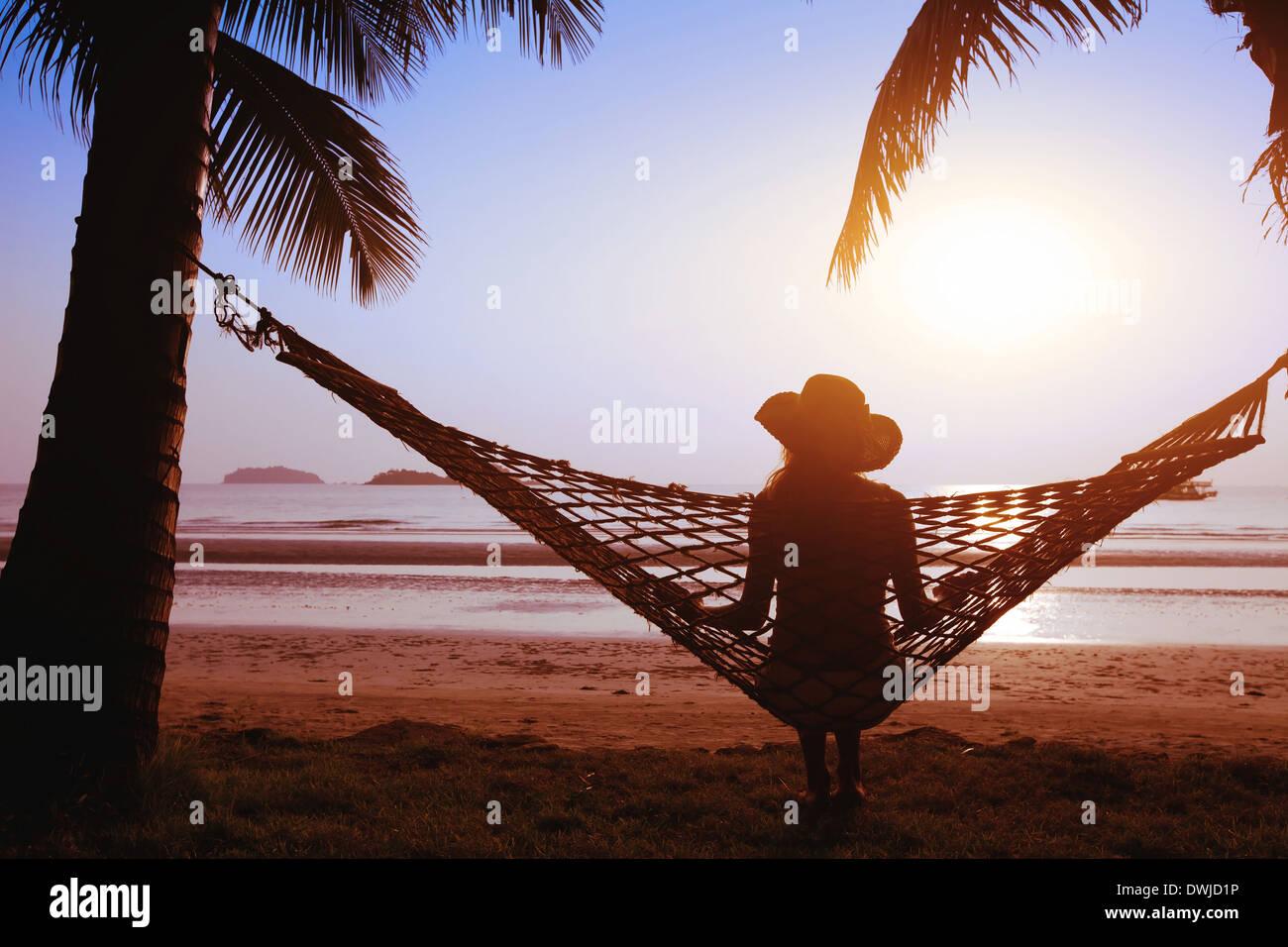 Entspannen in der Hängematte bei Sonnenuntergang auf der Paradiesstrand Stockbild