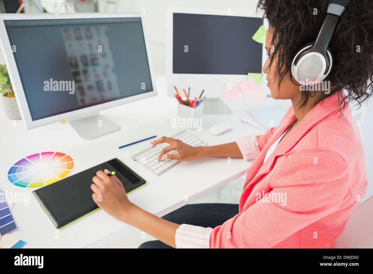 Lässige weibliche Foto-Editor mit computer Stockbild