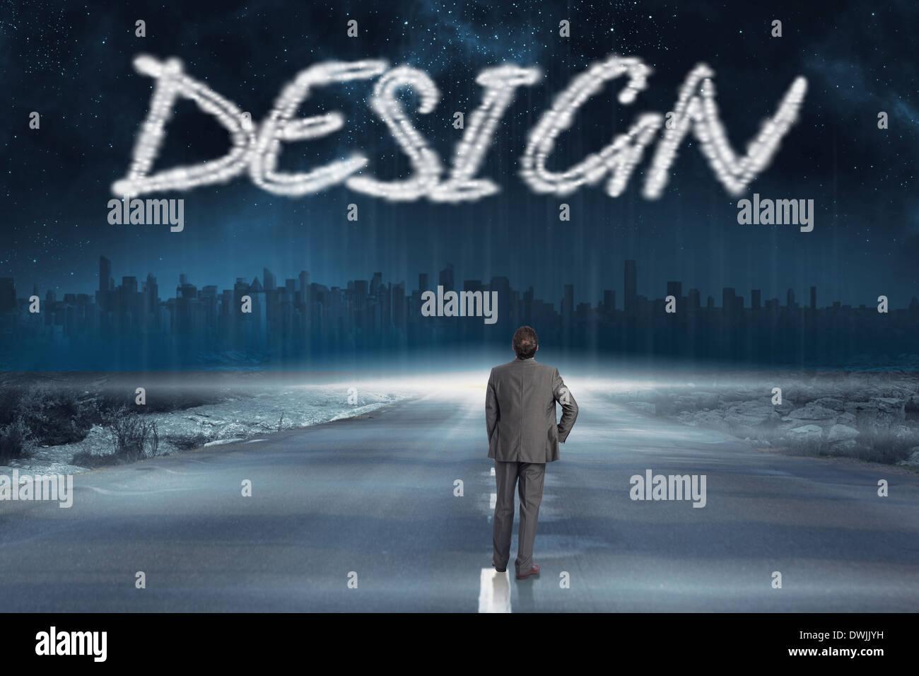 Design gegen die Straße, die sich bis zum Horizont Stockbild