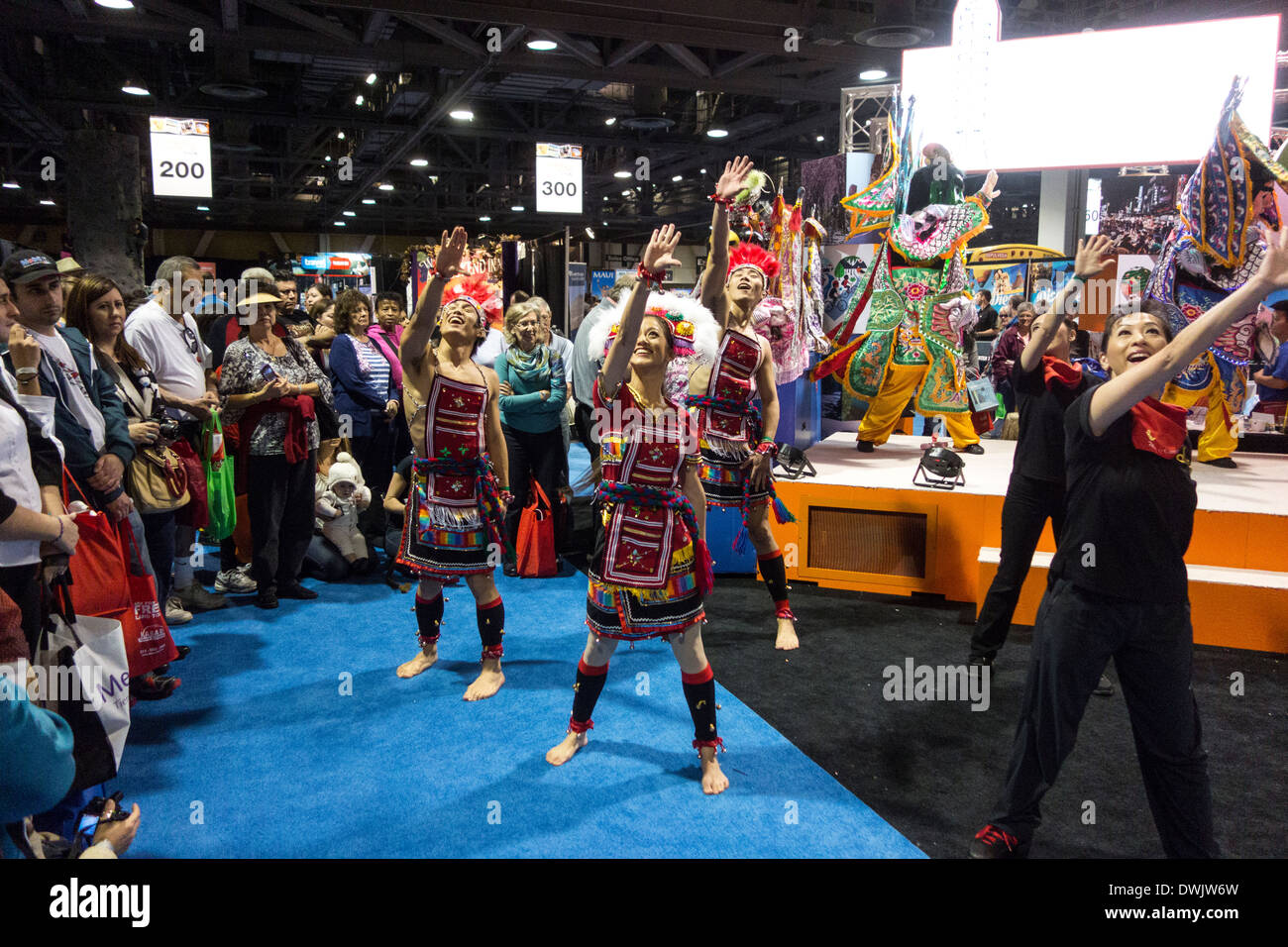 Tanz-Performance von asiatischen Tänzern in traditioneller Tracht auf Travel Trade Show in Los Angeles-Kalifornien-USA Stockbild