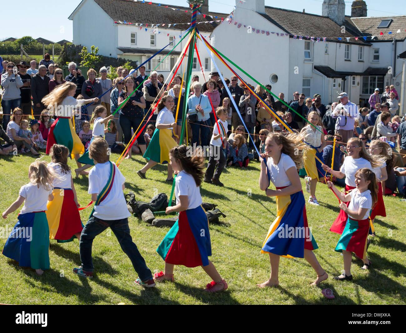 Sommer-Fete oder Fayre, East Prawle, South Devon. Tanz um den Maibaum Stockbild